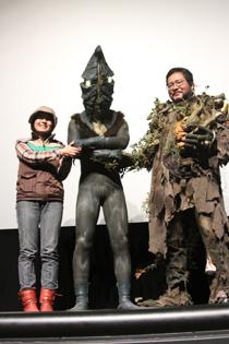 左から飯田文江:特殊メイク ケムール人:誘拐怪人 品田冬樹:円谷プロ造型師