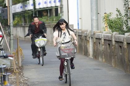 逃げる指原莉乃が、田口トモロヲに自転車で乗って追いかけられる!