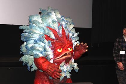 洗濯怪獣ブレザレンさんは、舞台前でお出迎え