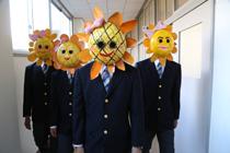 『パズル』奇怪なマスクをつけた集団