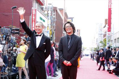 (C)2014-沖縄国際映画祭/よしもとラフ&ピースNAHA_RedCarpet_onethird_3_R