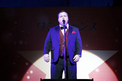 『ワンチャンス』来日プレミア『誰も寝てはならぬ』で歌うポール・ポッツ