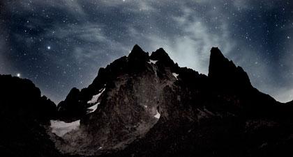 凍てつく山