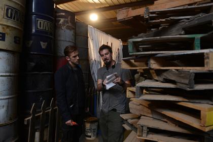 メイキング:ダンとアダム・ウィンガード監督が話しているオフショット