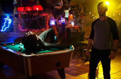 デイヴィッドがバーで不良をボコボコにするシーン