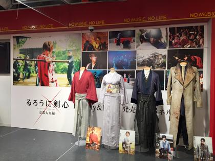 劇中で着用した衣装 / 劇中場面写真 タワーレコード渋谷店にて