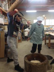橋本さん自身で植えたもち米で餅つきしている様子
