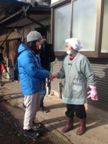 撮影で農業指導をしてくださった菅原智(すがわらちえ)さんと握手して再会を喜ぶ橋本さん