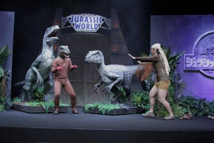 脱走した恐竜3匹に待て!のポーズ
