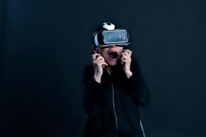VRヘッドマウントディスプレイのGear-VR-横
