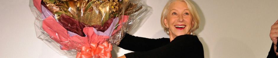 ヘレン・ミレンに石坂浩二が黄金に輝く花束を!