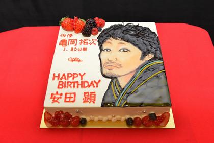 俳優亀岡拓次誕生日ケーキ