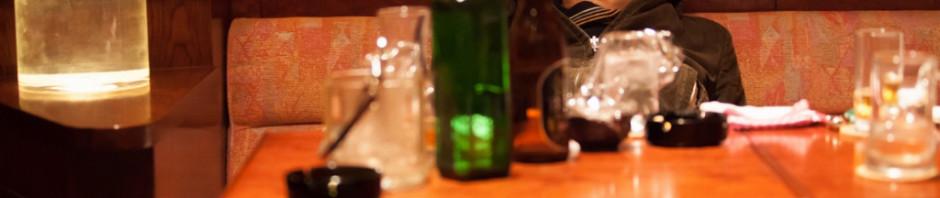 """安田顕主演『俳優 亀岡拓次』から""""お酒マナー講座""""動画が到着"""