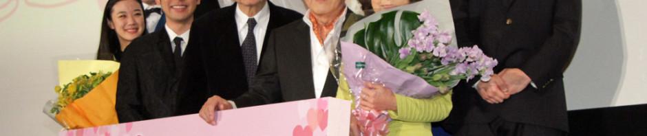 「家族はつらいよ」初日舞台挨拶で感謝と謝罪の花束プレゼント!