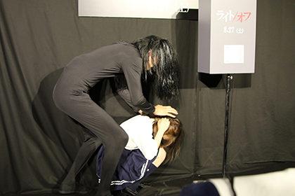 アンガ田中が永井理子を襲う