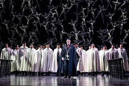 %ef%be%82%ef%bd%a9bc20160909_norma_ro_22-brindley-sherratt-as-oroveso-with-members-of-the-royal-opera-chrous-c-roh