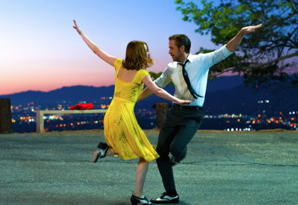 ラ・ラ・ランド Photo credit:  EW0001: Sebastian (Ryan Gosling) and Mia (Emma Stone)in LA LA LAND.   Photo courtesy of Lionsgate.© 2016 SummitEntertainment, LLC. AllRights Reserved.