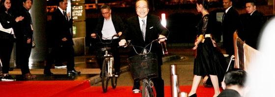 小日向文世レッドカーペットに自転車で!『サバイバルファミリー』inマカオ