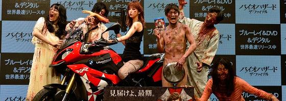 アキラ100%がお盆を持つアンデッドに!藤田ニコルは・・・『バイオハザード』