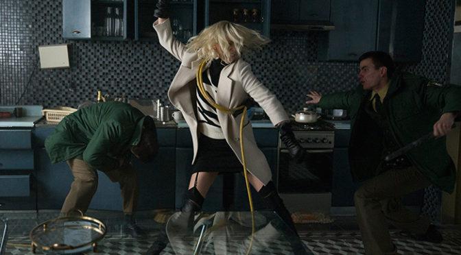 フライパン、ホース、女スパイは何でも武器に『アトミック・ブロンド』