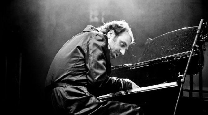 チリー・ゴンザレスの魅力に迫るドキュメンタリー『黙ってピアノを弾いてくれ』公開決定!
