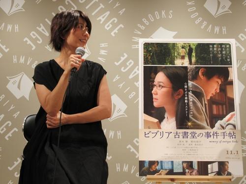 三島監督:栞子さんの知識によって(絹子たちの)人間ドラマが紐解かれるときに、そのドラマがきちんとあった方がいいなというのが1つ、また古書は人の手を渡って、