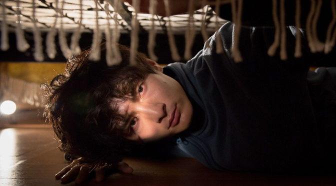 高良健吾 主演『アンダー・ユア・ベッド』その女の自宅に潜入!ベッドの下から全てを覗き見る・・・