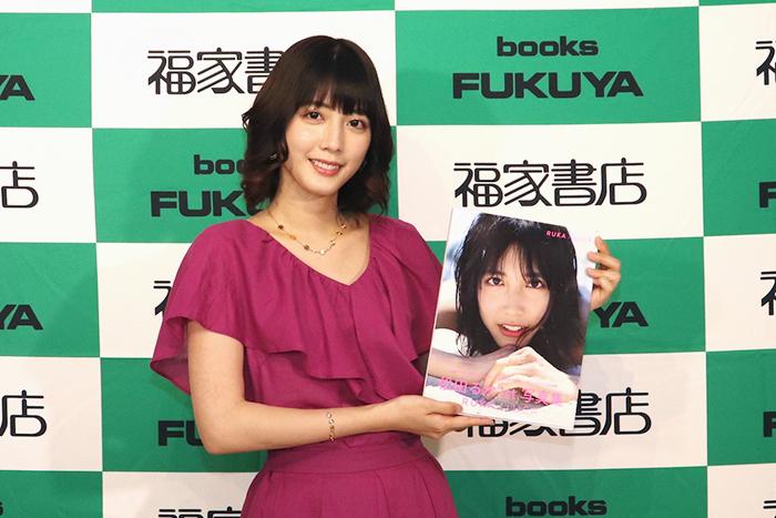 ファーストにしてラスト!の写真集発売イベントに松田るか 握手会に600人!