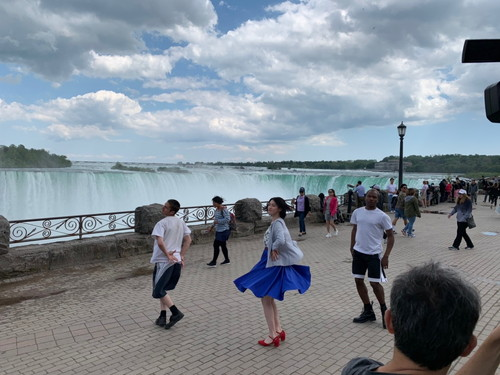 三吉彩花ワケあって世界中をダンス!