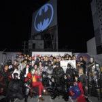 バットシグナルが渋谷の夜空に!ジム・リー「次の80年もよろしく」バットマン80周年記念 点灯セレモニー