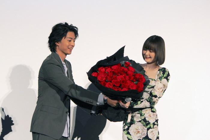 伊藤健太郎から深紅の薔薇サプライズ!玉城ティナ「プロポーズみたい!」と思わず照れ笑い!