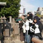 堤真一 × 岡村隆史 赤穂浪士が眠る泉岳寺で『決算!忠臣蔵』大ヒット祈願!
