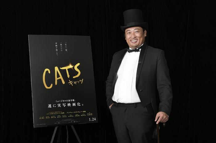 映画『キャッツ』ロバート秋山竜次がグルメな紳士猫に! 陽気に歌う!!本編映像到着!