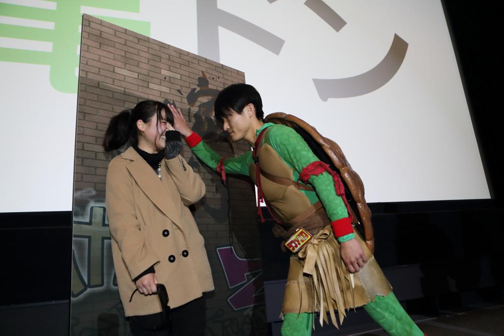 """壁ドンならぬ""""亀ドン""""も炸裂!? 『ミュータント・タートルズ』イベント"""